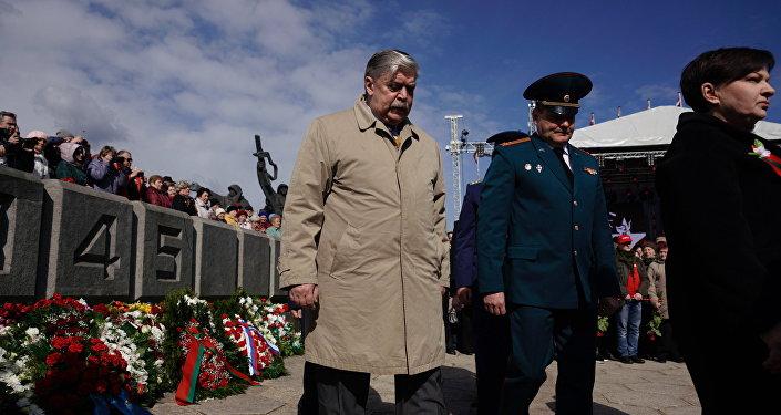Посол России Евгений Лукьянов и сотрудники Посольства возложили цветы к монументу