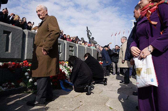 Жители Риги возлагают цветы к памятнику Освободителям