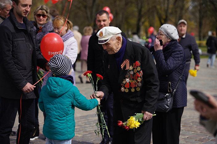 Рига отмечает День Победы у памятника Освободителям