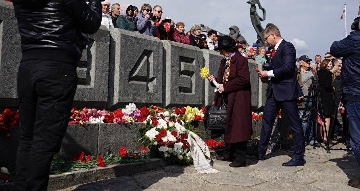 Мэр Риги Нил Ушаков возложил цветы к монументу Освободителям