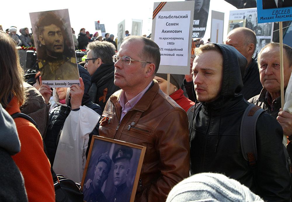 Евродепутат Андрей Мамыкин принял участие в шествии Бессмертного полка в Риге 9 мая 2017 года