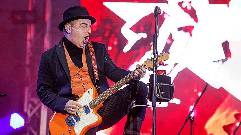 Лидер группы Чайф Владимир Шахрин на концерте 9 мая в Риге, в Парке Победы
