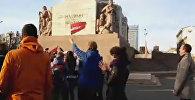 Хоккейные фанаты спели гимн Латвии у памятника Свободы