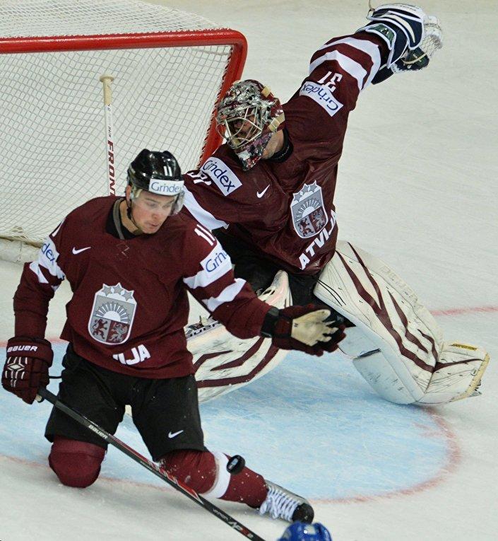 Игрок сборной Латвии Кристапс Сотниекс (слева) и вратарь сборной Латвии Эдгарс Масальскис, архивное фото