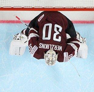 Вратарь сборной Латвии Элвис Мерзликин на чемпионата мира по хоккею 2017 в Кельне