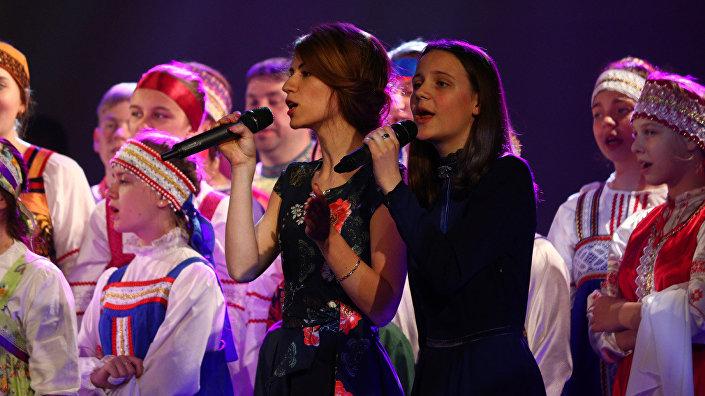 Солистки хора Звонница Ариадна Петрищева и Екатерина Ивановская брали за душу песней Родная земля