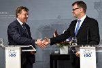 Премьер-министр Латвии Марис Кучинскис и премьер-министр Финляндии Юха Сипиля на совместной пресс-конференции в Хельсинки