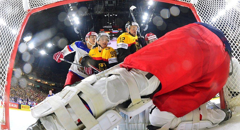 Игрок сборной Германии Фредерик Тиффельс и игрок сборной Германии Брукс Мацек (в центре слева направо) у ворот сборной России