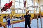Тренер Рижской гимнастической школы Игорь Вихров наблюдает за воспитанником