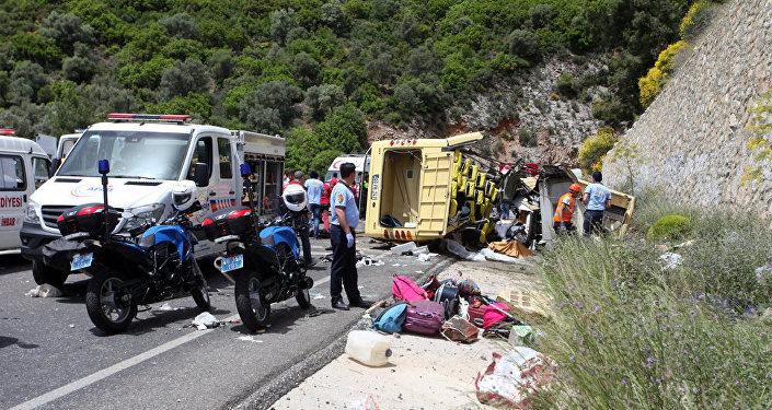 Медики и спасатели на месте аварии туристического автобуса в районе Мармариса на трассе Мугла Анталья на юго-западе Турции