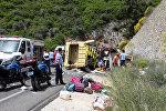 Медики и спасатели на месте аварии туристического автобуса в районе Мармариса на трассе Мугла-Анталья на юго-западе Турции, 13 мая 2017