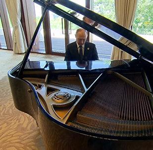 Putins uzspēlējis klavieres Pekinā
