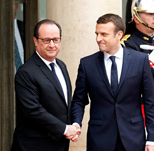 Francijas bijušais prezidents Fransuā Olands un jaunievēlētais valsts prezidents Emanuels Makrons