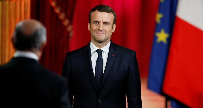 Президент Франции Эммануэль Макрон слушает главу Конституционного Совета Лоран Фабиус во время своей инаугурации в Елисейском дворце в Париже