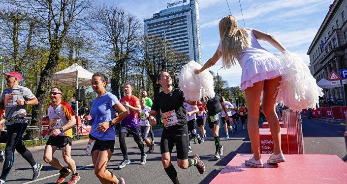 Девушки-черлидерши подбадривают участников забега