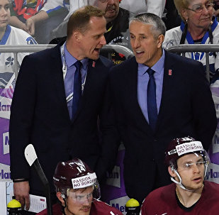 Главный тренер сборной Латвии Боб Хартли (справа) во время матча группового этапа чемпионата мира по хоккею 2017