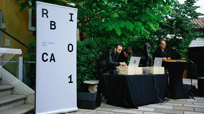 За музыкальное сопровождение отвечали латвийский этномузыколог Валдис Муктупавелс и группа Villa Camellia
