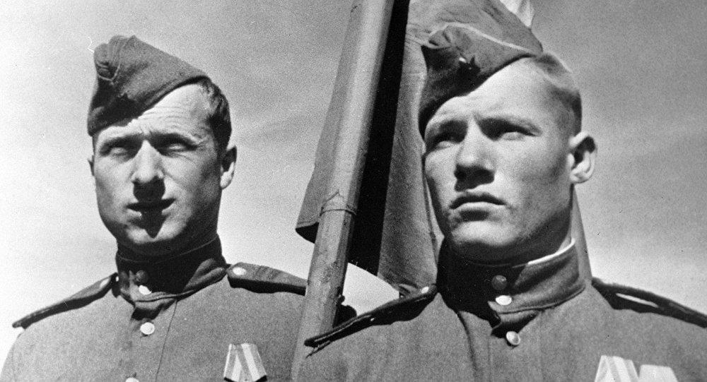 Padomju karavīri Mihails Jegorovs un Melitons Kantarija