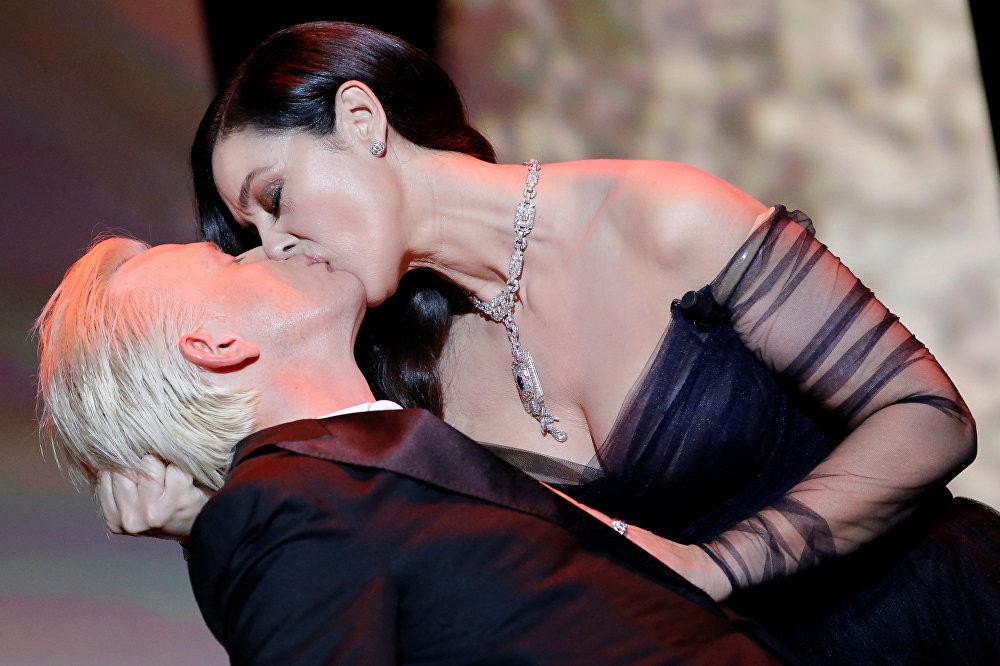 Актриса Моника Беллуччи целует актера Алекса Лутса на торжественной церемонии открытия Каннского кинофестиваля