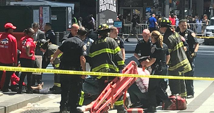 Службы помогают раненым пешеходам после наезда на толпу на Таймс-сквер в Нью-Йорке 18 мая 2017 года
