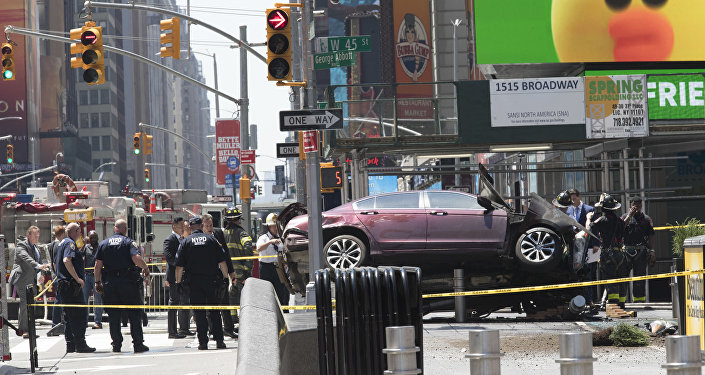Машина повисла на ограждении после наезда на толпу пешеходов на Таймс-сквер в Нью-Йорке 18 мая 2017 года