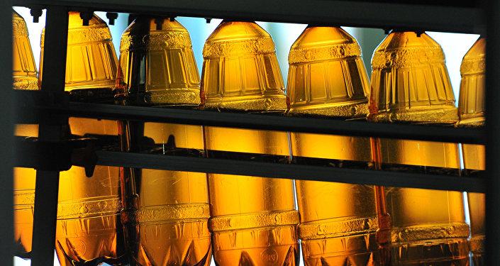 Plastmasas pudeles konveijerā. Foto no arhīva