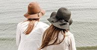 Две девушки на берегу