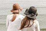 Две девушки на берегу, архивное фото