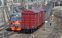 Ritošais sastāvs uz dzelzceļa sliedēm. Foto no arhīva