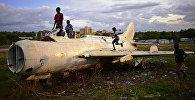 Дети в Южном Судане играют на обломках истребителя, архивное фото