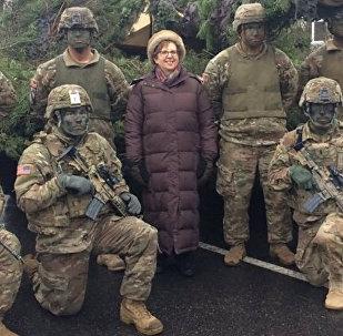 Посол США в Латвии Нэнси Петитт с американскими солдатами в Риге, архивное фото