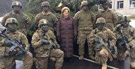 ASV vēstniece Latvijā Nensija Petita ar amerikāņu karavīriem