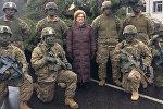 Посол США в Латвии Нэнси Петитт с американскими солдатами