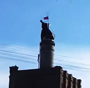 Bijušajā alusdarītavā Vārpa pacelts Krievijas karogs