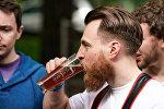 Посетитель фестиваля дегустирует пиво
