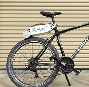 Велосипед с прибором Rubbee Drive, превращающем его в электрический, архивное фото