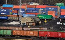 Вагоны и контейнеры в Рижском порту