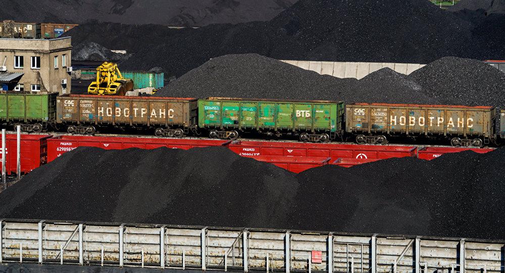 Перевалка угля в порту, архивное фото
