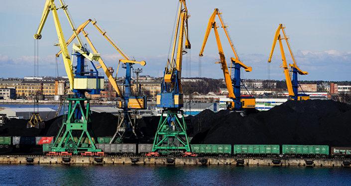 Перевалка угля в Рижском порту, архивное фото