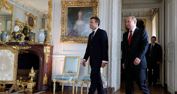 Президент РФ Владимир Путин с президентом Франции Эммануэлем Макроном