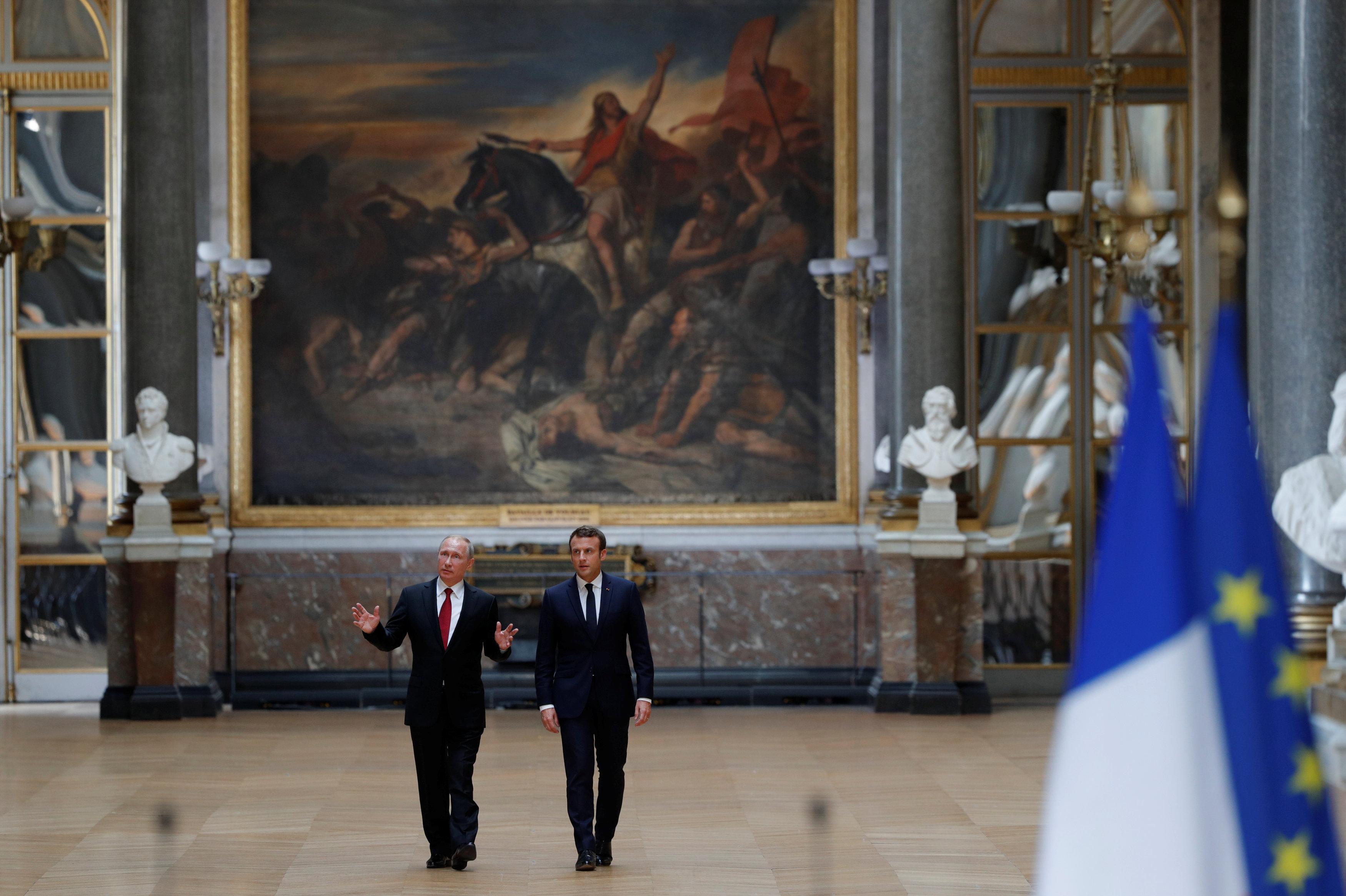 Российский президент Владимир Путин и президент Франции Эммануэль Макрон в Версале