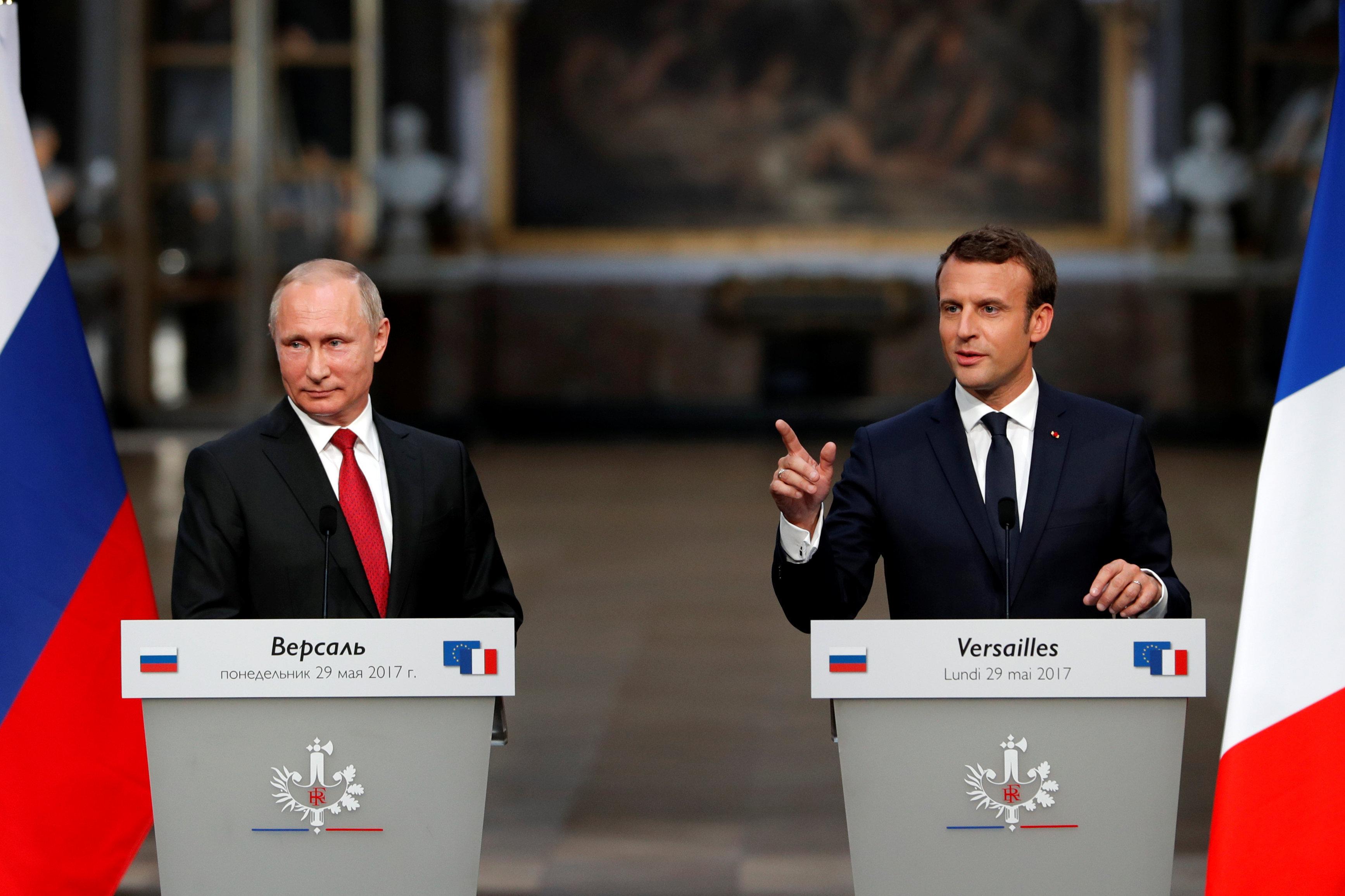 Российский президент Владимир Путин и президент Франции Эммануэль Макрон на совместной пресс-конференции в Версале
