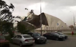 Ураган срывал крыши зданий и ломал деревья в Москве. Съемки очевидцев