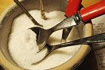 Сахар в сахарнице с ложками