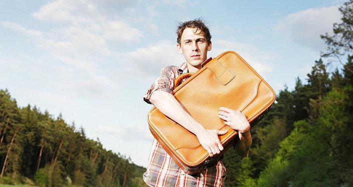 Молодой человек с чемоданом
