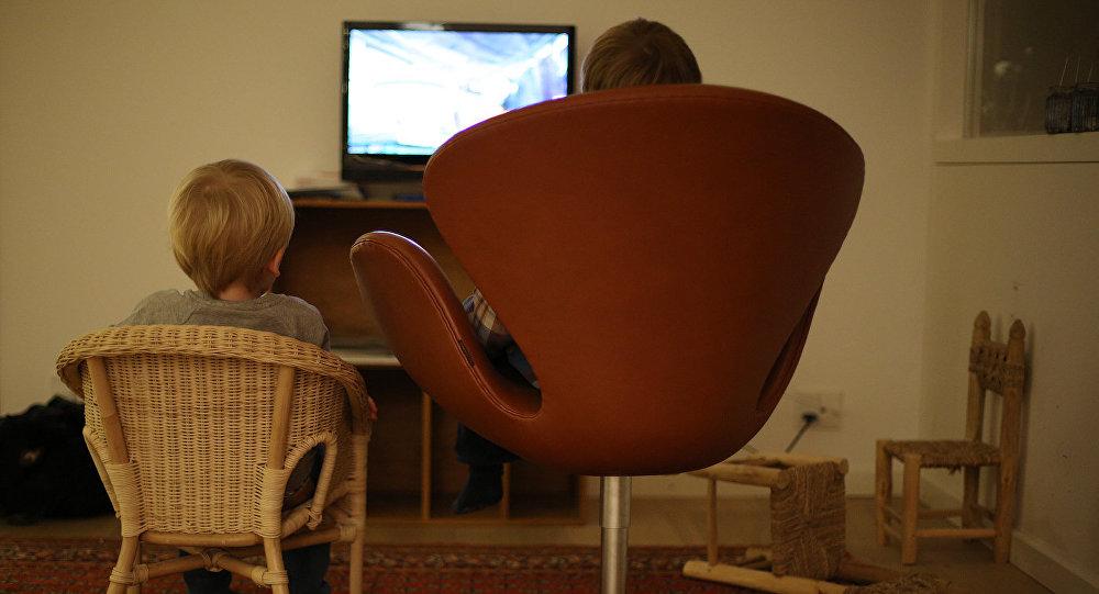 Bērni skatās televizoru.