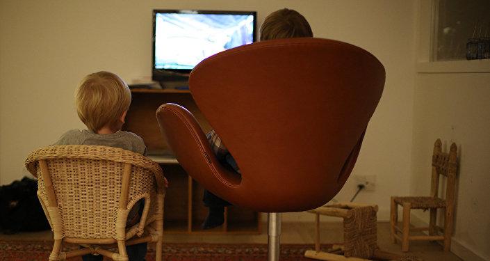 Bērni skatās televizoru. Foto no arhīva