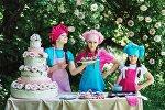 Девочки с тортом