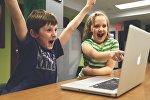 Мальчик с девочкой за ноутбуком