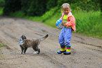 Девочка с мячом и кошкой